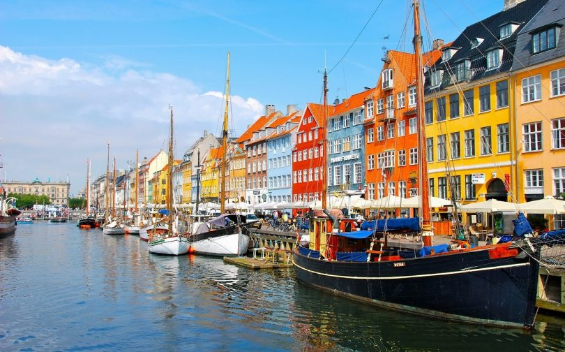 Dịch vụ chuyển phát nhanh DHL đi Đan Mạch giá rẻ.