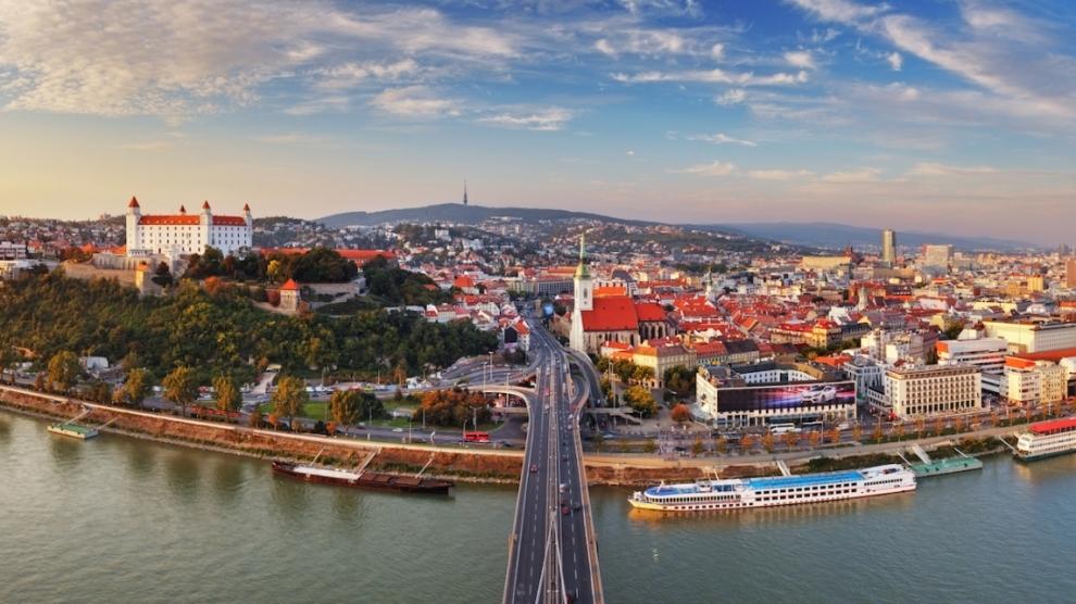 Dịch vụ chuyển phát nhanh DHL đi Slovakia giá rẻ.